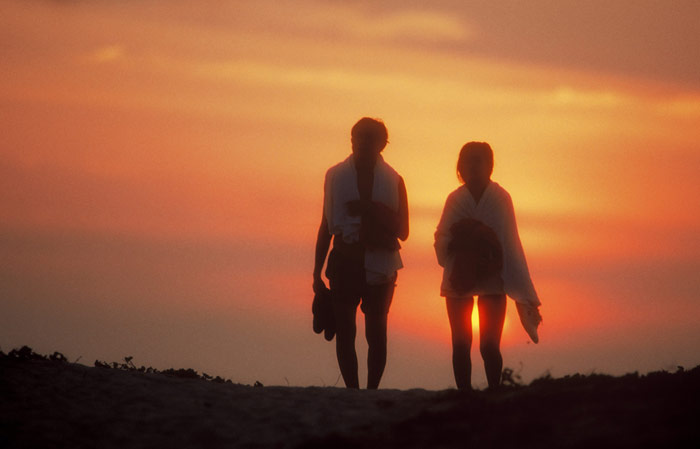 Silhouette photo of couple at beach in Cairns, Australia by Ron Veto