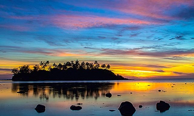 Image of sunrise at Muri Lagoon, Rarotonga, Cook Islands using the Golden Ratio spiral composition by Sarah Vercoe.