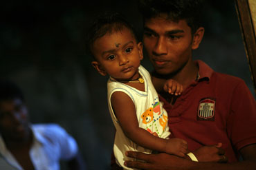 Photo of man and child in Hikkaduwa by Marielle van Uitert