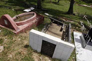 Photo of graves near shores of Sri Lanka by Marielle van Uitert