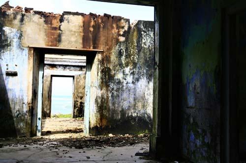 Photo of devastated home on shores of Sri Lanka by Marielle van Uitert