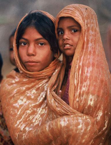 Photo of woman & child in Pakistani Desert by Ron Veto