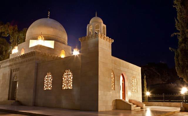 Night photo of a lighted mausoleum in Yemen by Maarten de Wolf.