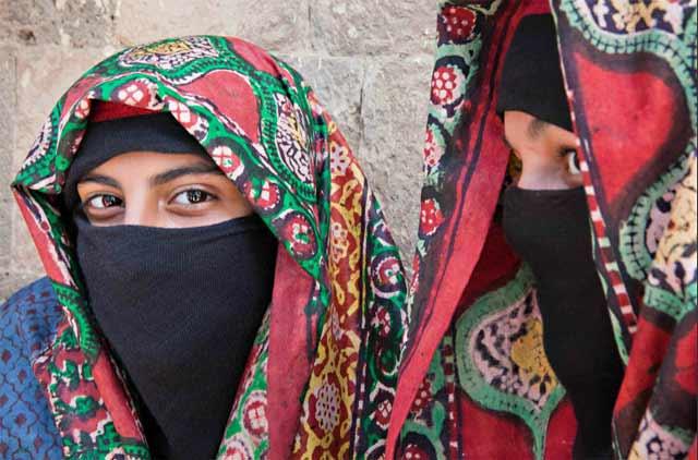 Photo of two Yemeni women in traditional clothing by Maarten de Wolf.
