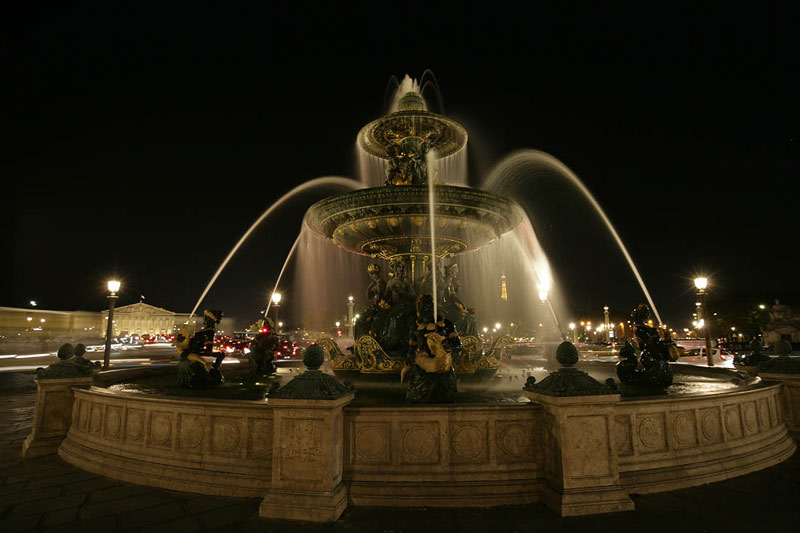 Niight photo of a fountain in Paris by Andy Long